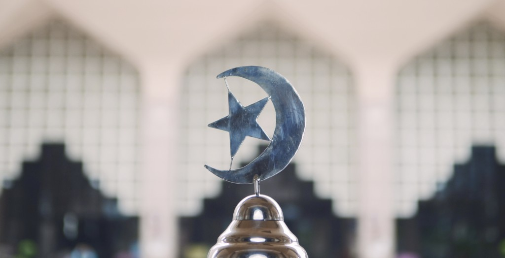 islam symbol in front of the insude Outra Mosque